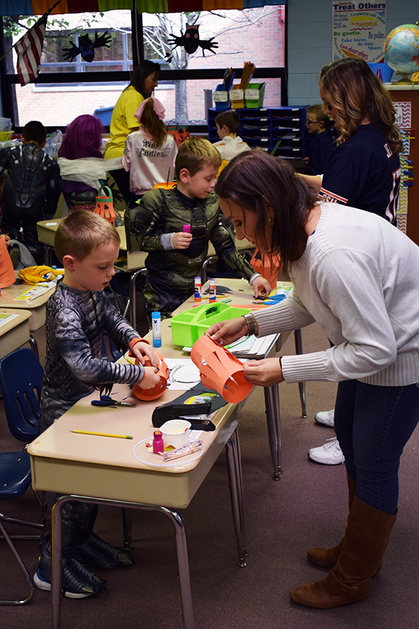 Students make pumpkin lanterns