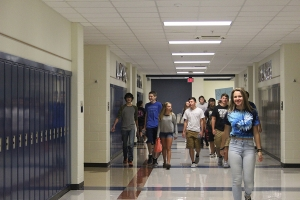 LC students guide incoming freshman down the hallway